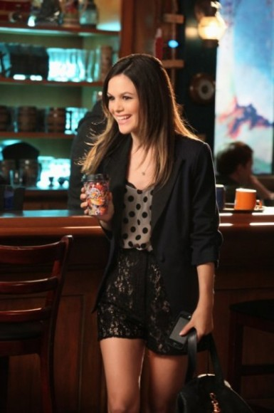 s01e12-zoes-polka-dot-blouse-lace-shorts-385x580