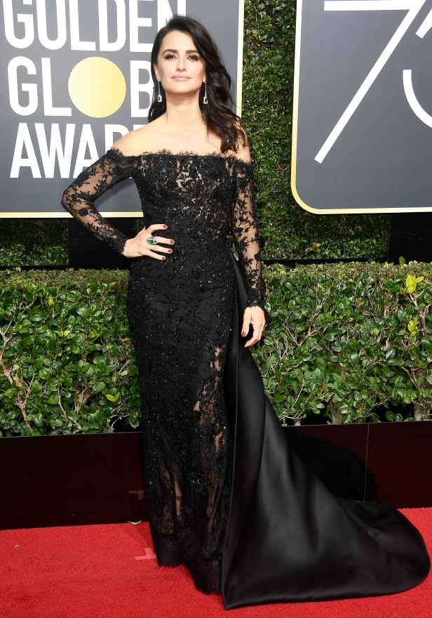 penelope_cruz_2018_golden_globes_red_carpet1